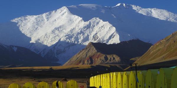Das Base Camp der Agentur Central Asia Travel und der Pik Lenin im Hintergrund