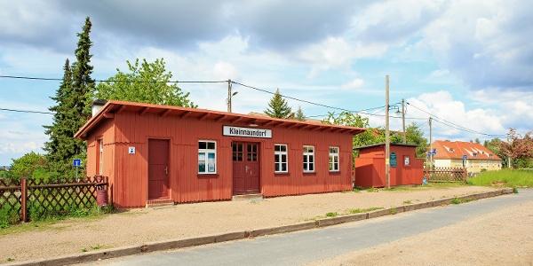 Hölzernes Bahnhofsgebäude am Haltepunkt Kleinnaundorf