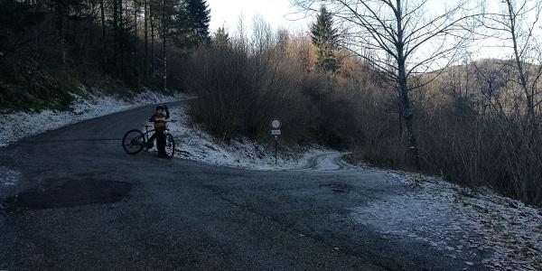 Tura se začne na mejnem prehodu, od koder sledimo kolovozu v dolino