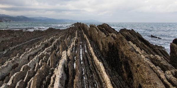 Felsrippen verlaufen sich im Wasser.