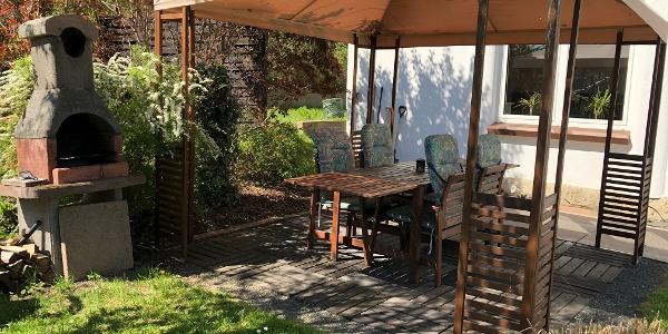 Die gemütliche Terrasse hinterm Haus lädt zum Grillen ein und gehört zu einer der Ferienwohnungen