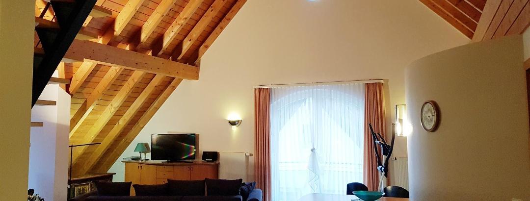 Wohnraum hell und großzügig unter dem Dach