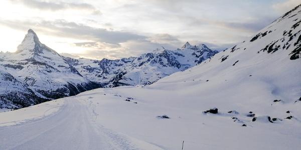 Winterwandern vorbei am zugeschneiten Stellisee