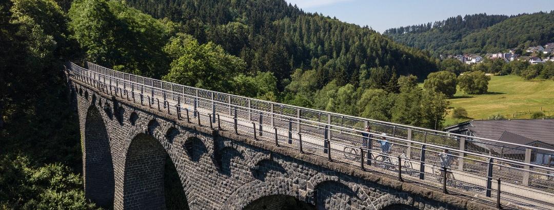 Ehemalige Bahntrasse des Maare-Mosel-Radweges