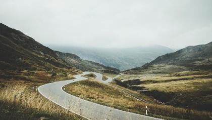 Passstrasse in den Alpen