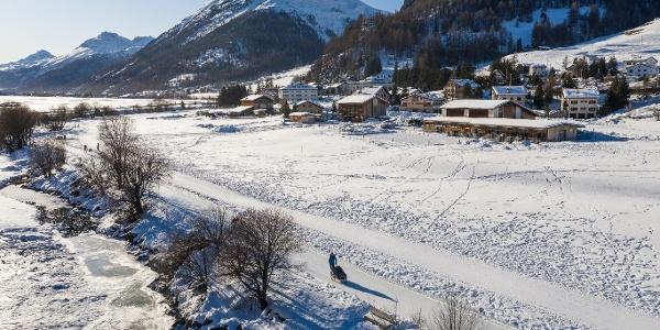 Blick auf Madulain, im Vordergrund der Winterwanderweg parallel zum Eisweg