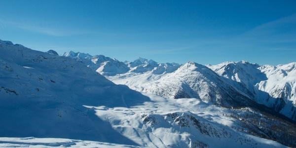 Gipfelblick Hohture auf den Simplonpass, dahinter Mischabel und Weisshorn