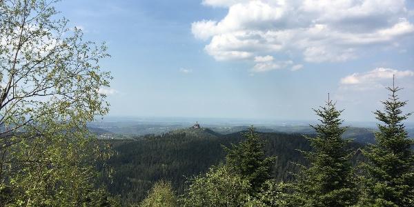 Vue sur le Rocher de Dabo depuis le Rocher du Backofenfelsen