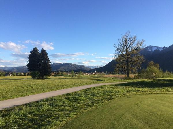 Am Golfplatz mit Blick auf Grassau