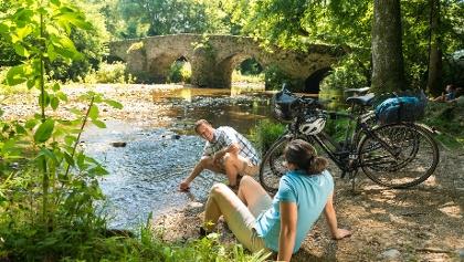 Radfahrer an der Nister in der Nähe des Klosters Marienstatt