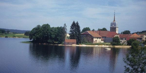 L'abbaye de Grandvaux et le lac de l'Abbaye
