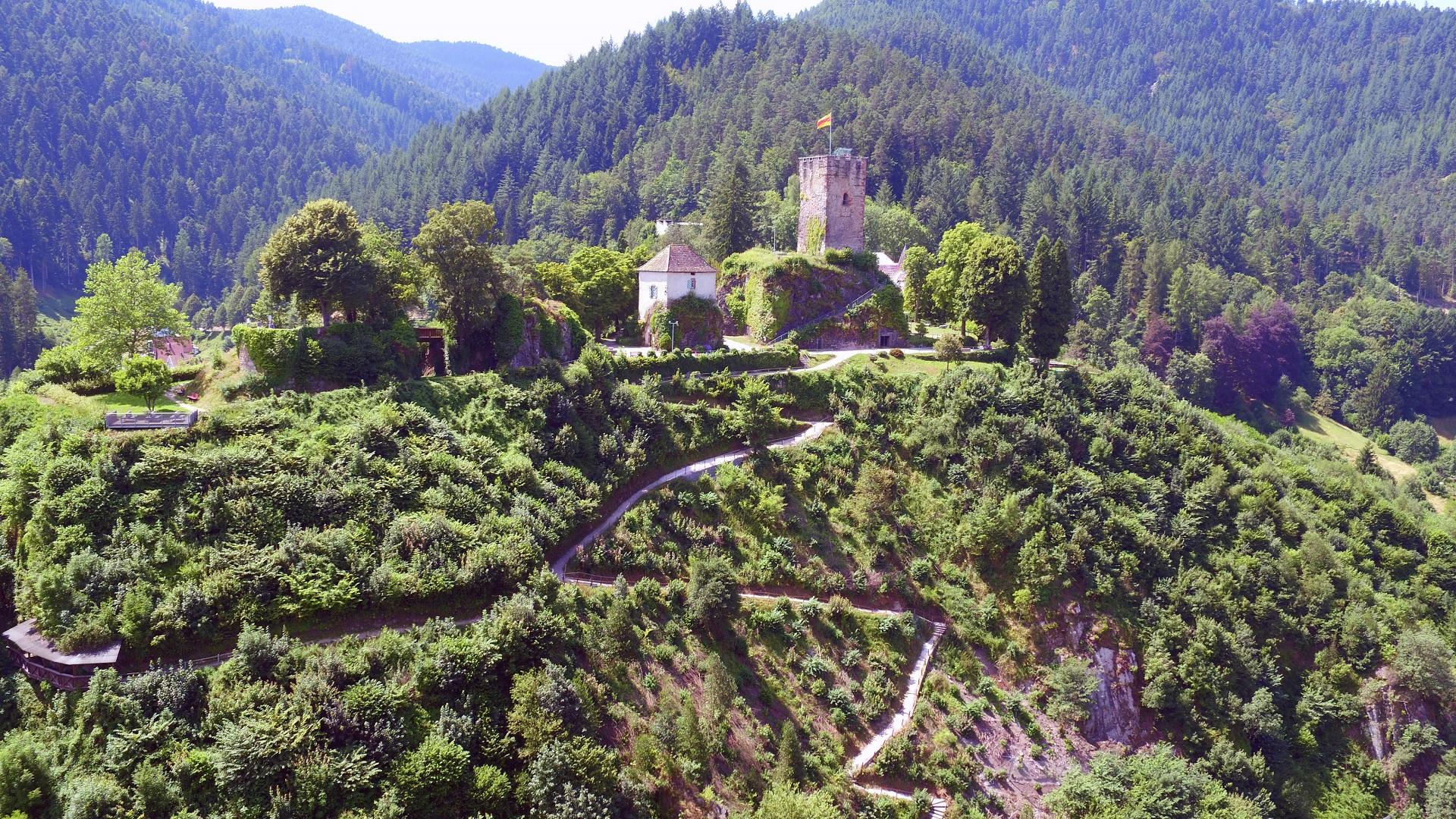 Blick vom Bahnhof auf den Hornberger Schlossberg