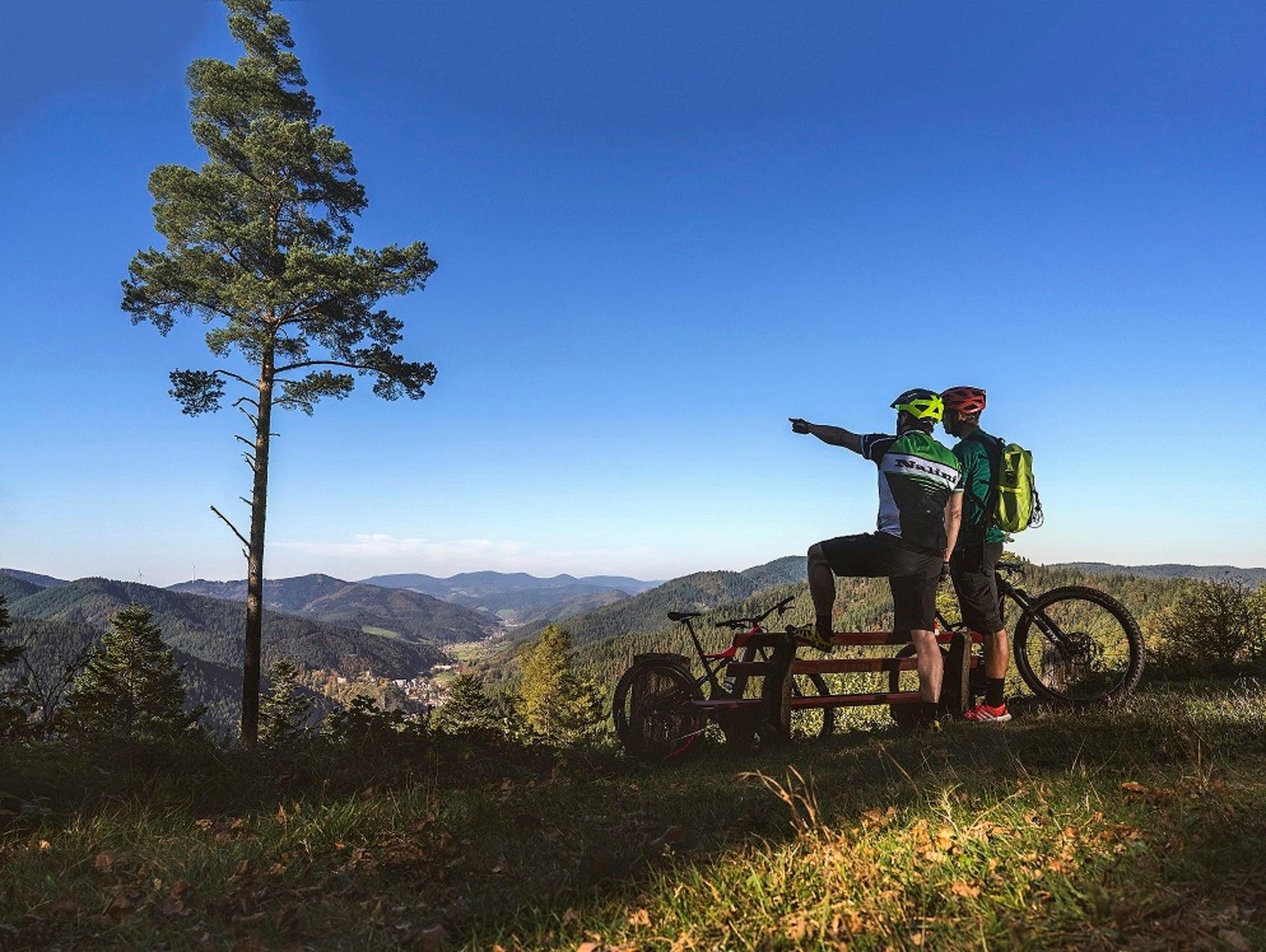 2 Mountainbiker genießen die herrliche Aussicht