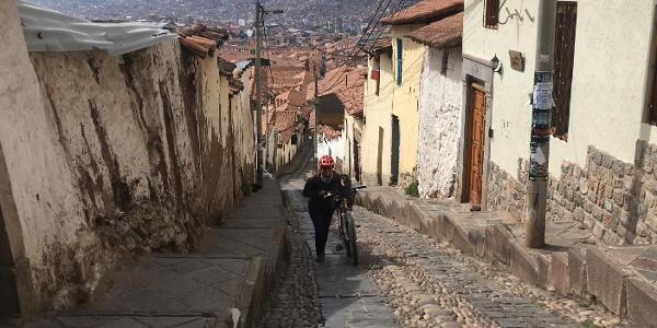 Cusco - steile enge Gassen führen aus der Altstadt / Cusco - steep narrow alleys lead out of the old town