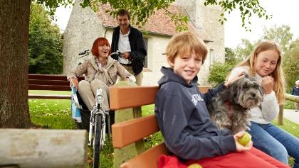 Kinder vor der Kapelle in Frenkenbach
