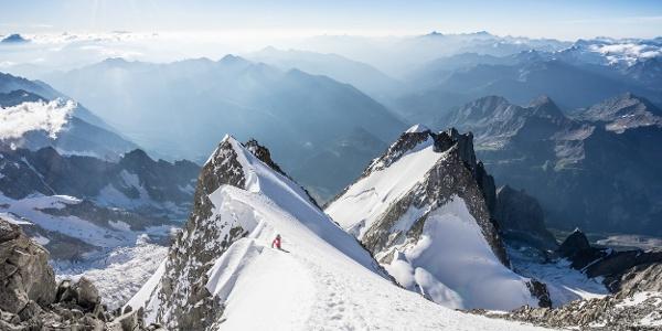 Am letzten und schönsten Teil des Peutereygrats. Im Hintergrund der Grand Pillier d'Angle und schon gefühlt weit unten die Aiguille Blanche de Peuterey.
