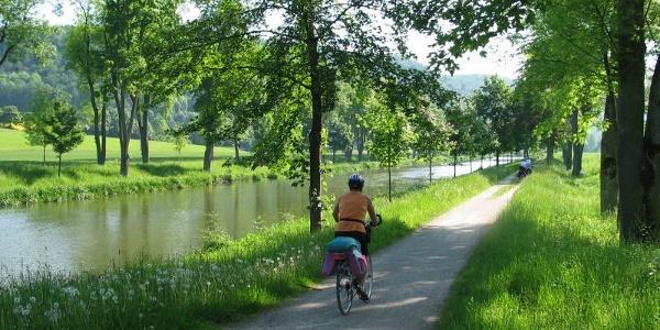 Radfahrer am Ludwig-Donau-Main-Kanal bei Essing im Altmühltal