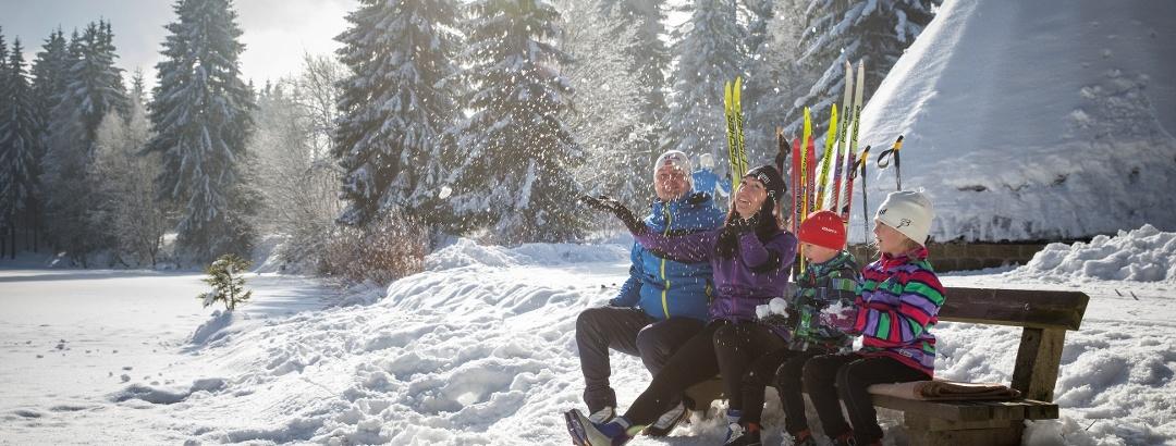 Familie im Winter in Schöneck