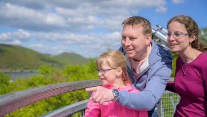 Glückliche Familie am Edersee - Aussicht auf dem Baumkronenweg Edersee