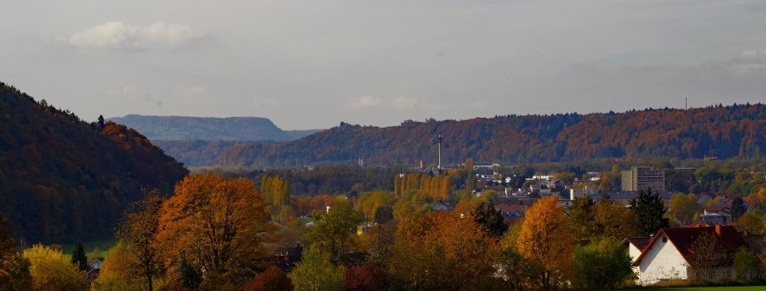 Waldshut-Tiengen, Blick von Tiengen entlang der Wutach zum Tafeljura im Aargau: Der Hohwacht (462 m) bei Leibstadt, ein Tafelberg