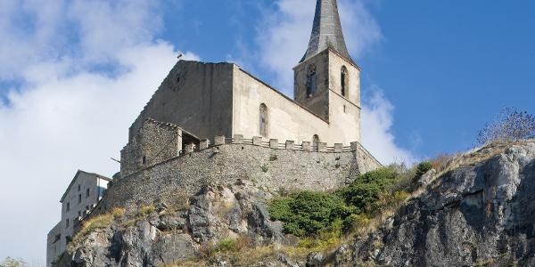 Le château-église de Rarogne, surplombant l'église troglodyte
