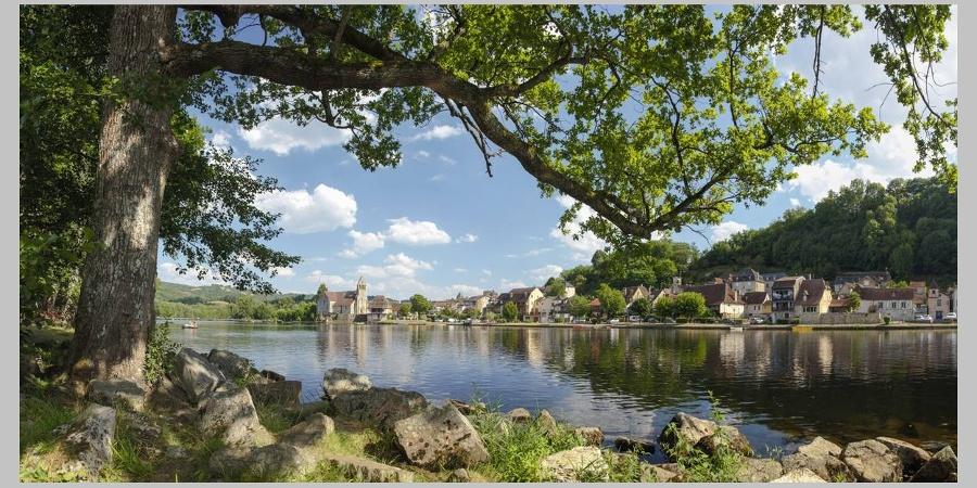 Vue sur Beaulieu-sur-Dordogne depuis les bords de la Dordogne
