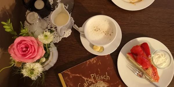 Kaffee und Kuchen im Café Plüsch