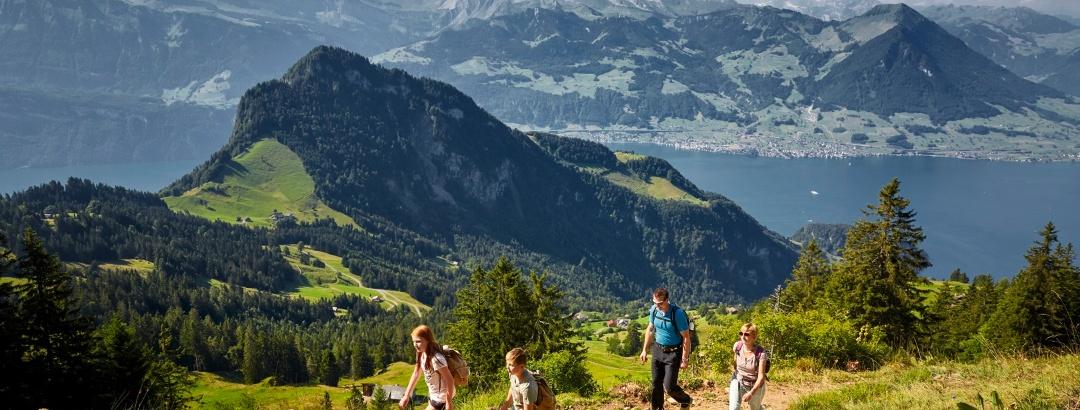 Familie am Wandern auf der Rigi in der Erlebnisregion Luzern-Vierwaldstättersee