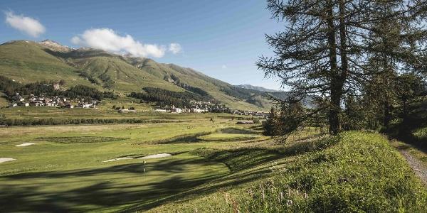 Sicht auf das Familienskigebiet von Zuoz