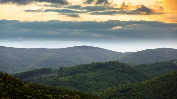 Napfelkelte a Csóványos mögött a Magyar-hegyről nézve