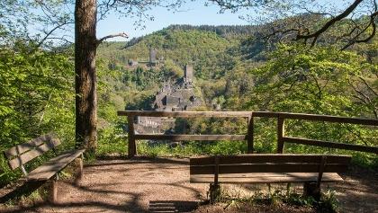 Die 12. Etappe des Eifelsteigs (18,2 km; 416 hm) verbindet herausragende Ikonen der Eifel und ihrer Kulturgeschichte miteinander: Die beiden mittelalterlichen Manderscheider Burgen und das Kloster Himmerod. Ihre Gründungen gehen ungefähr auf die gleiche Zeit zurück: Die Oberburg wurde erstmals zwischen 1141 und 1146 urkundlich erwähnt, die Niederburg 1173.