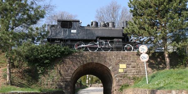 Balatonalmádi, a Veszprém-Alsóörs vasútvonal emlékműve