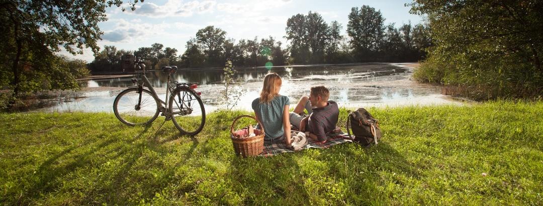 Bei einem Picknick unterwegs die regionalen Produkte genießen
