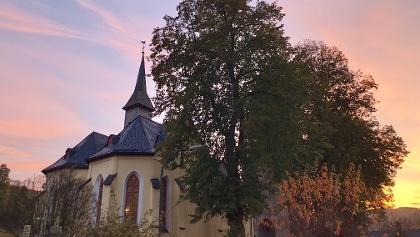 Kirche bei Sonnenaufgang
