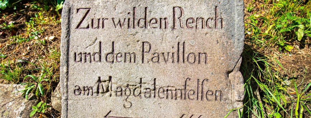 Historischer Wegweiser aus Sandstein