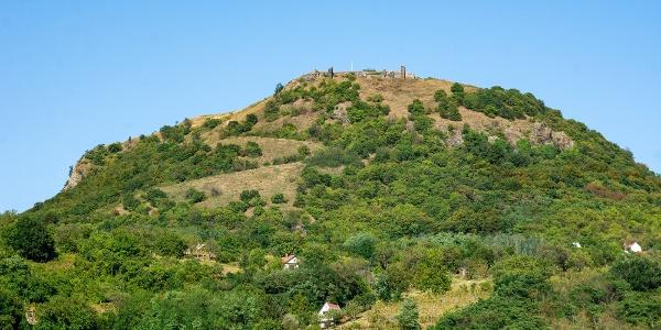 Csobánc várának romjai a hegytetőn