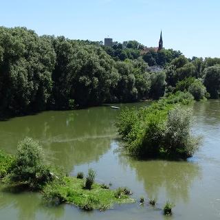"Blick von der Fußgängerbrücke ""Charbonnière-les-Bains"" auf den Kurort Bad Abbach"
