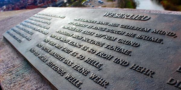 Bronzeschild mit Text vom Weserlied an der Weserliedanlage Hann. Münden
