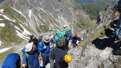 beim ersten Seil legen viele ihr Klettersteigset an. Da geht's aber noch gar nicht los!