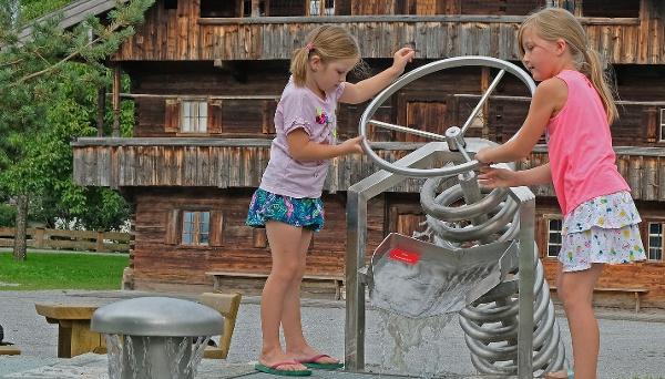 Lernmodul Wasserkraft - Wasserspieleplatz am Museum Blaahaus Kiefersfelden