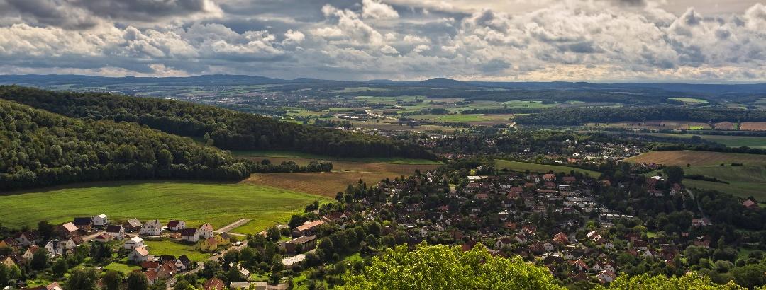 Blick von Burg Plesse über Eddigehausen ins Leinetal