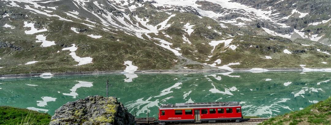 Weißsee am Berninapass mit Bernina Bahn