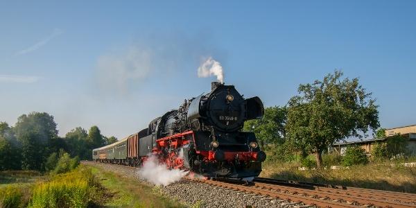 Sonderzug mit Dampflokomotive 50 3648 und dem historischen Museumszug