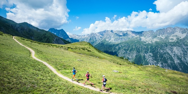 Der Weg ist leicht abfallend und bietet einen Blick auf die französischen Alpen.