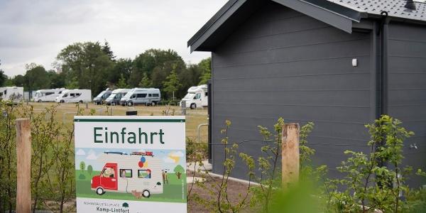 Einfahrtbereich Wohnmobilstellplatz mit Servicehaus