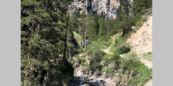 Wanderweg das Tschamintal hinauf und entlang des Flusses