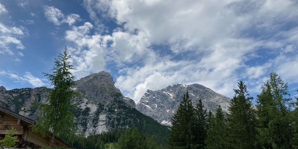 Kühroint Alm mit Bergpanorama
