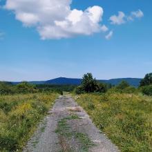 Borzavár után, Bakonybél felé - szemben a Kőris-hegy, és a golflabla-radaállomás