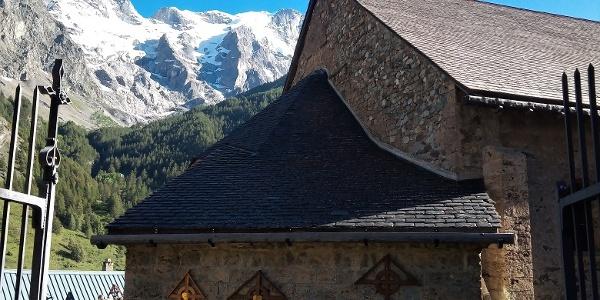 An der Kirche von La Grave mit Blick zur Meije