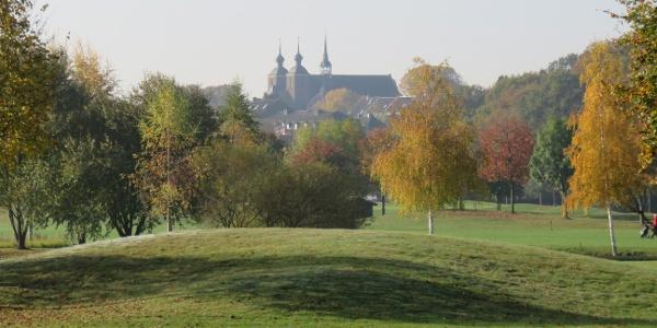 Blick vom Golfplatz auf Kloster Kamp